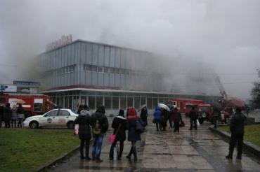 Очень сильное пламя вываливало из окон универмага Украина
