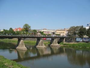 А влюбленные пары вешают на перила Пешеходного моста любовные замки