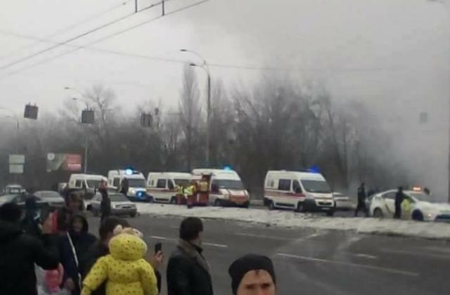 Наулице Заболотного вКиеве случилось масштабное ДТП: загорелись несколько авто