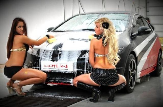 Сексуальные модели возле авто — 8